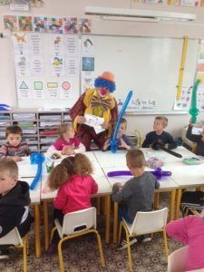 Passage des clowns dans la classe de maternelle