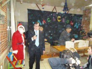 Monsieur le maire dedompierre sur authie distribue les cadeaux