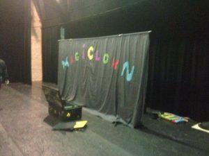Le fond de scène est installé, le spectacle de clowns va bientôt commencer