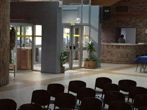 le public attend dehors salle de beuvry