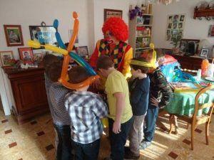 Les enfants vérifient le tour de magie