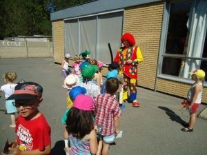 Distribution de ballons dans la cour d'école