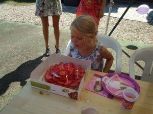 Cécile souffle ses bougies pour ses 7 ans