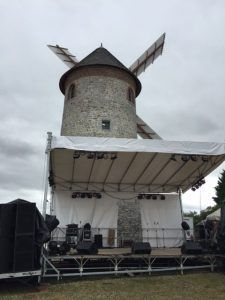 Le podium devant le moulin
