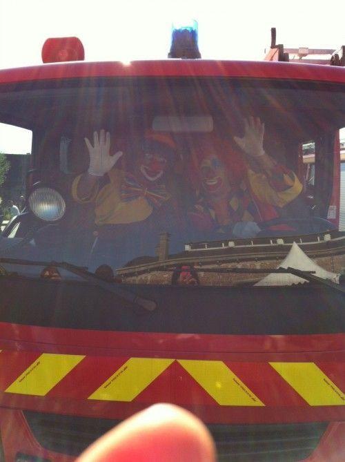 Les clowns dans le camion de pompiers