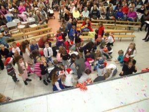 Les enfants ramassent les confettis