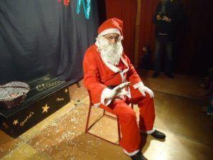 Le père Noël va distribuer les friandises aux enfants