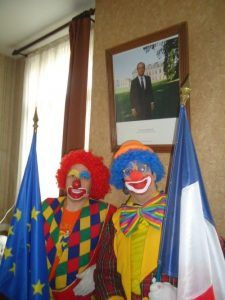Combien y a t-il de clowns sur la photo?