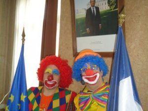 Combien y a t-il de clowns sur la photo?