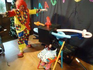 Lola sur la scène du spectacle Magiclown