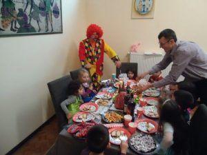 Les enfants se régalent avec le gâteau et les friandises