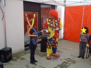 Charly's et Ilan le magicien pendant le spectacle de clown