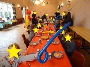Les enfants à table pour le goûter