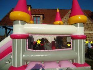 Les invités dans le château gonflable