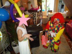 Camille prononce la formule magique avec les enfants
