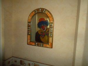 Mario se regarde dans le miroir du couloir