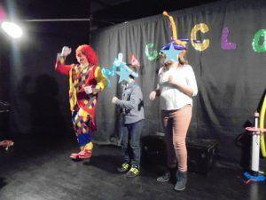 Charly's explique la chorégraphie de la danse des clowns