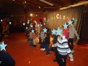 La danse des clowns avec tous les enfants