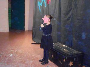 La petite Aurora a chanté la chanson de l'hiver après le spectacle de clown