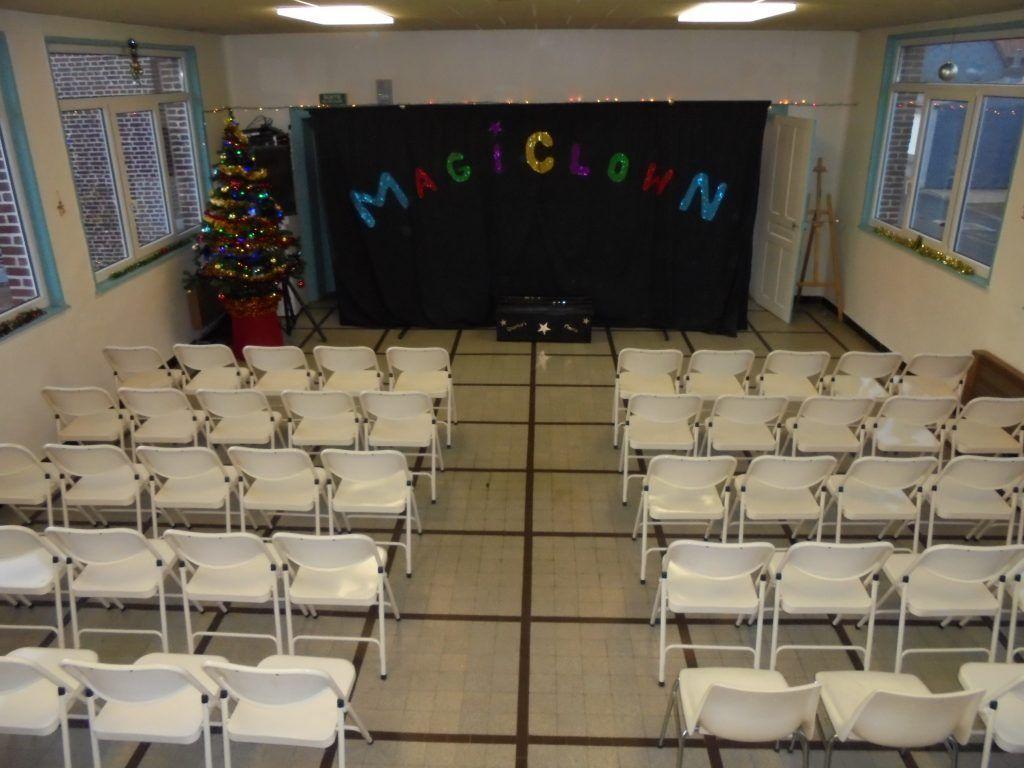 La salle de spectacle est prête pour accueillir les Magic Clowns