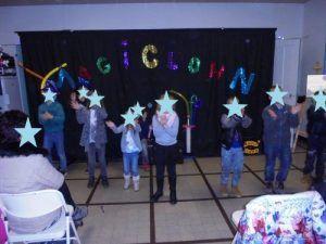 Le jeune public effectue la danse des clowns