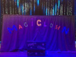Le matériel des Magic Clown est installé sur la scène du théâtre