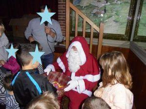 Le père Noël pour la distribution de friandises après le spectacle des Magic Clowns