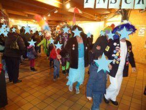 Les carnavaleux qui défilent avant le spectacle