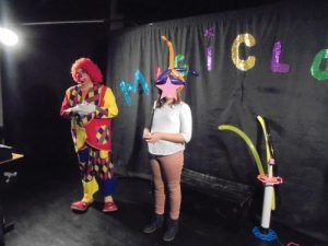 Natanaelle la magicienne avec Charly's pendant le spectacle MagiClown