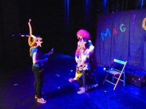 Participation d'Erika pour le tour de la boite magique avec les clowns