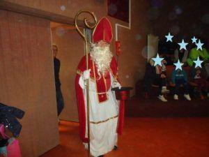 St Nicolas arrive dans la salle
