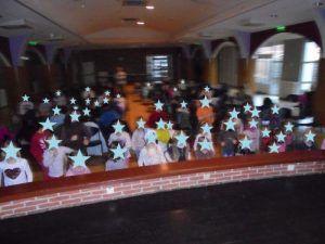 Tous les enfants participent à la danse des clowns