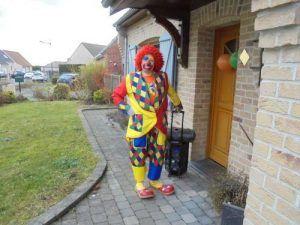 Charly's arrive devant la maison de Nael pour son anniversaire