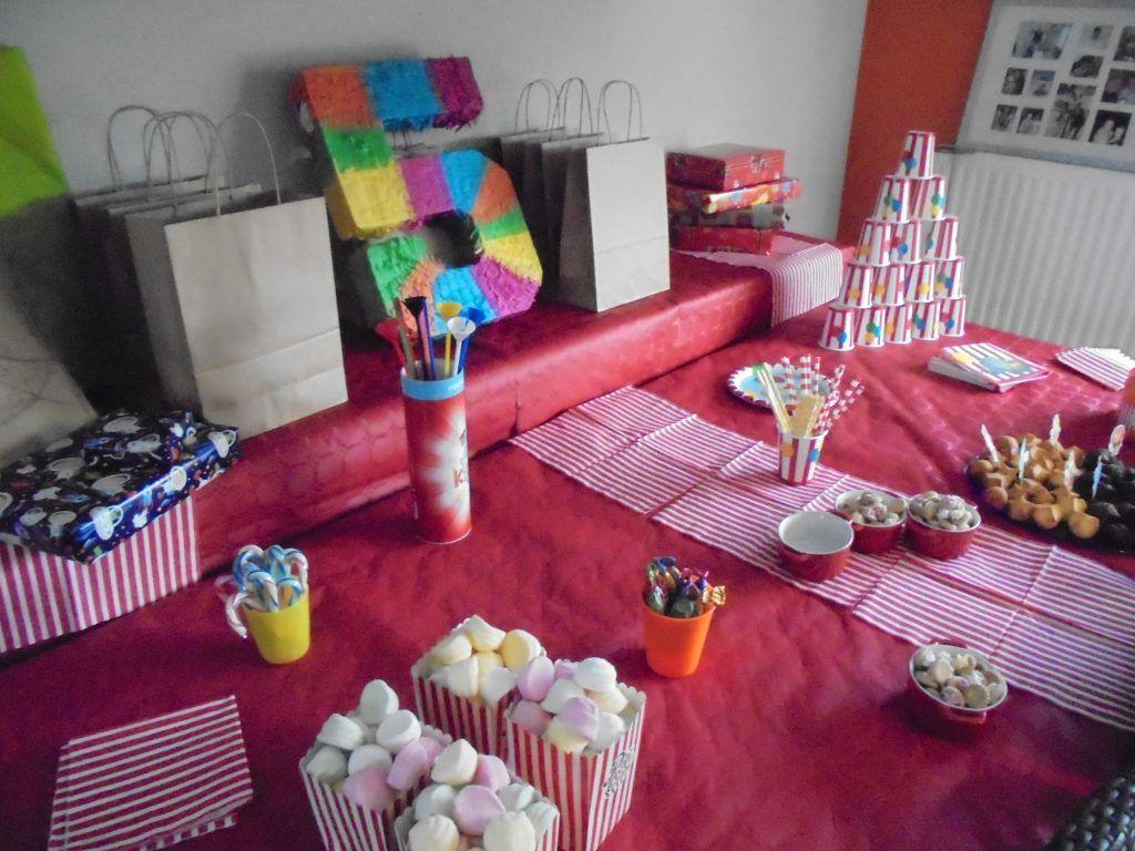 Le buffet d'anniversaire est installé avec plein de friandises