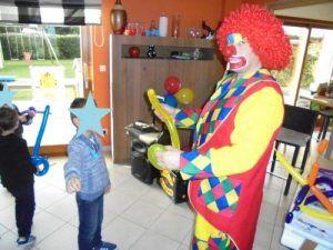 Les clowns confectionnent des ballons sculptés pour tous les invités
