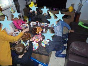 Les enfants vont déguster le gâteau d'anniversaire de Nael pour ses 5 ans
