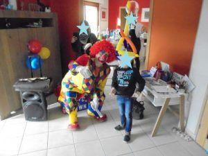 Nael le petit magicien avec le clown Charly's