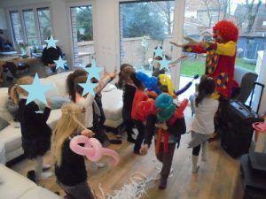 Tous les enfants effectuent la danse des clowns avec Charly's et Mario
