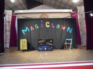 Le matériel est installé , le spectacle de clown va commencer