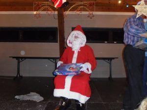 Le père Noël va distribuer les cadeaux