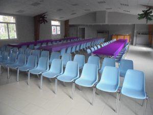 Les chaises réservées au jeune public avant le début du spectacle