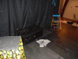 Une serpillère sur la scène à cause d'une fuite du plafond